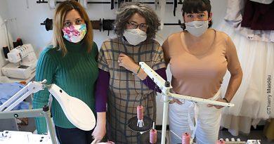 De gauche à droite: Mariam Misakova, Meriem et Leïla Ramoul à l'Atelier couture de Mina à Ille sur Têt.